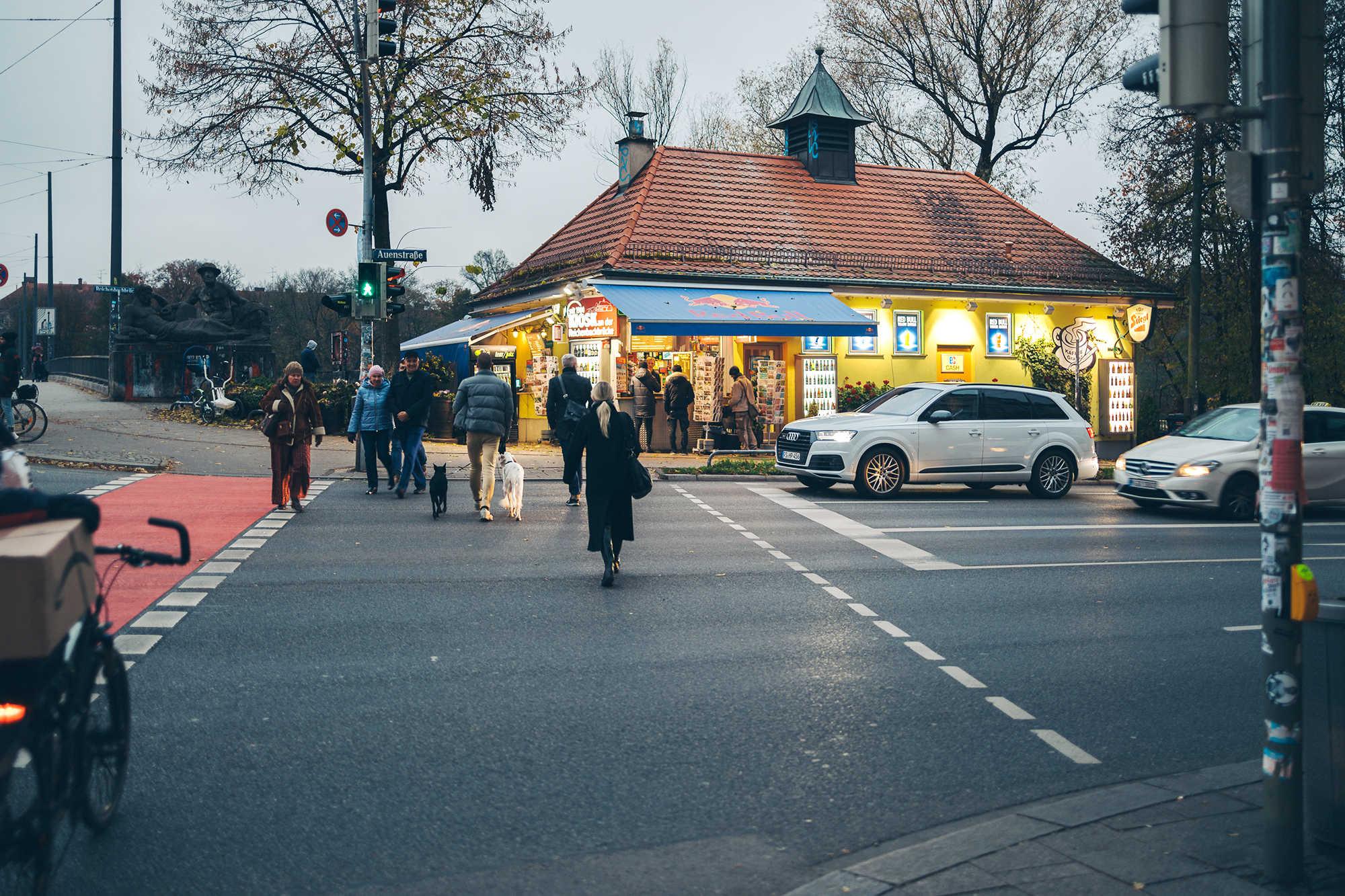 Sicht zum Kiosk über die Straße
